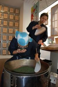 Septembre 2014, au Lupicia, le maître de thé Korigi est venu avec son chaudron en acier faire une démonstration de torréfaction de thé vert japonais selon l'ancienne méthode chinoise.