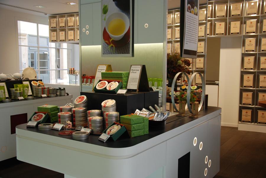 Lupicia : photo intérieure. La boutique a repirs l'esprit des maisons de thé japonaises où l'on trouve une composition florale liée à la saison et a l'état d'esprit du moment.