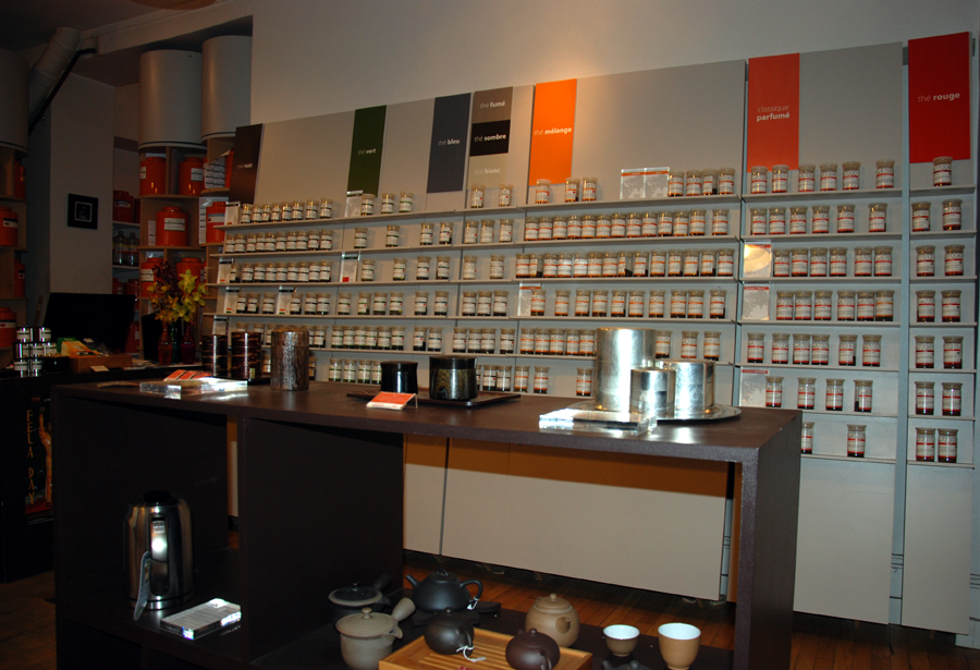Le Parti du Thé propose un mur de senteur, composé de flacons contenant des échantillons de thés classés par types de thé qui permettent aux visiteurs de sentir les différents thés avant de se décider.