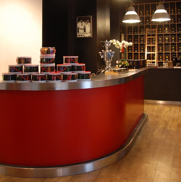 Comptoir pour la dégustation de thés de la boutique Dammann Frères, rue Victoria à Paris