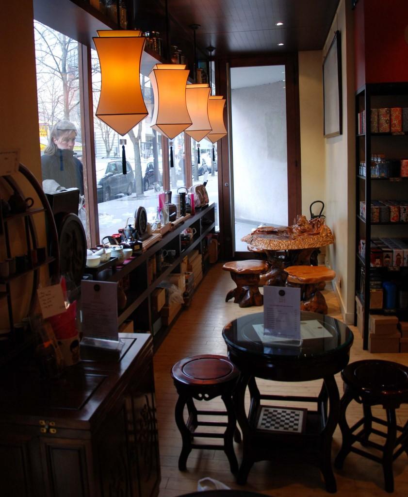Vue de l'intérieur de l'Empire des thés, partie de la boutique où l'on peut déguster un thé et l'accompagner d'une pâtisserie.