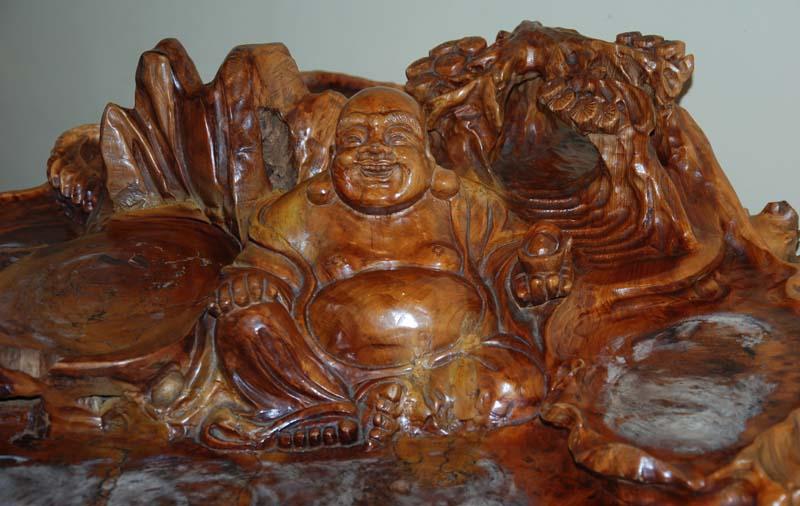 Détail de la table en bois sculptée dans le fond de la boutique l'Empire des thés sur laquelle ont peut déguster un thé.