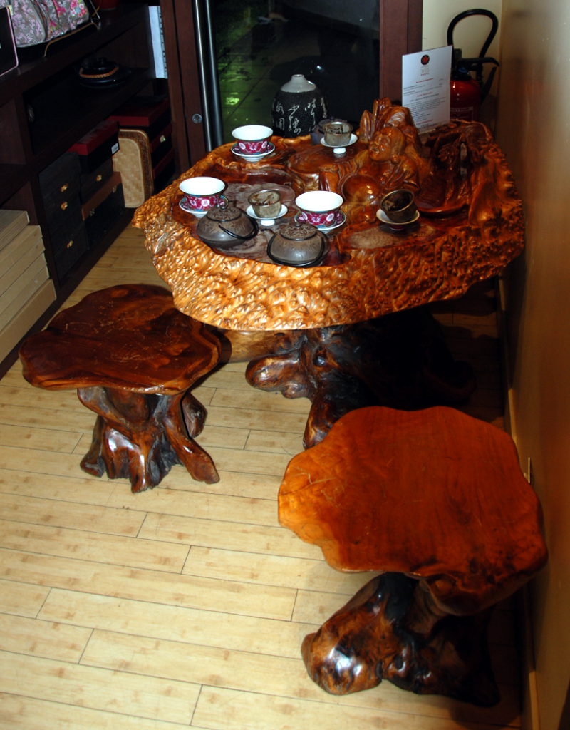 Empire des Thés : table - taillée dans un tronc d'arbre - pour déguster des thés.