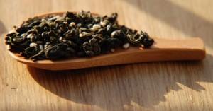 Thé vert roulé en boules + graines de sésame pour le Ba bao cha en infusion