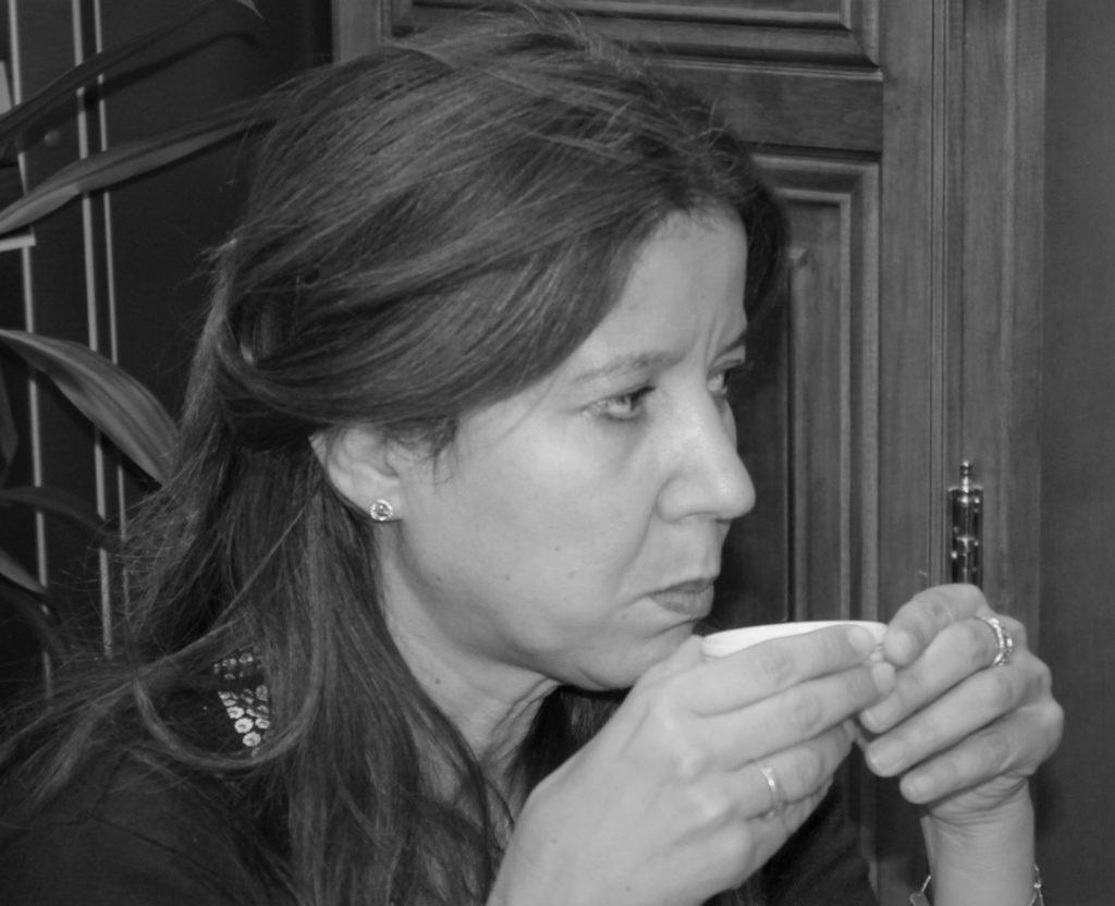 Séance de dégustation de thé : on fait circuler la liqueur en bouche pour mieux sentir tous les arômes