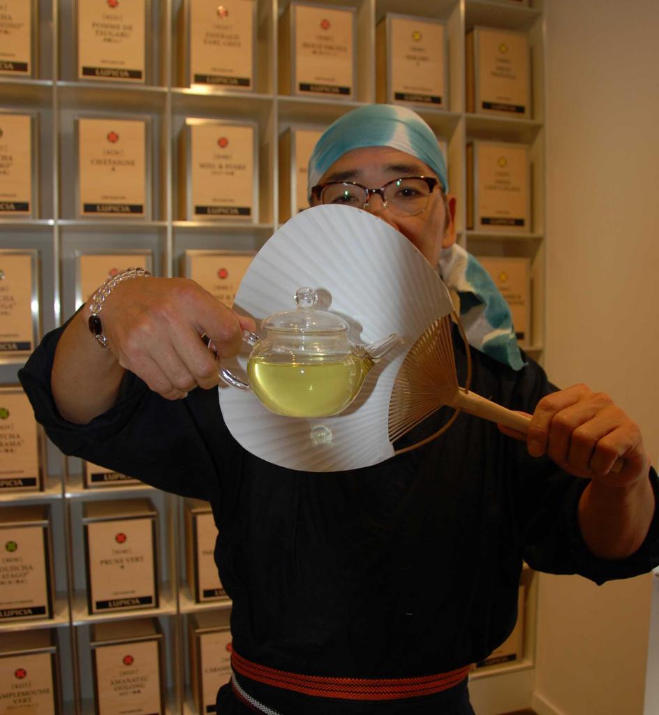 Maître de thé Yôichi KÔROGI, présentant la liqueur du thé Kamairichia qu'il a torréfié en direct dans la boutique.