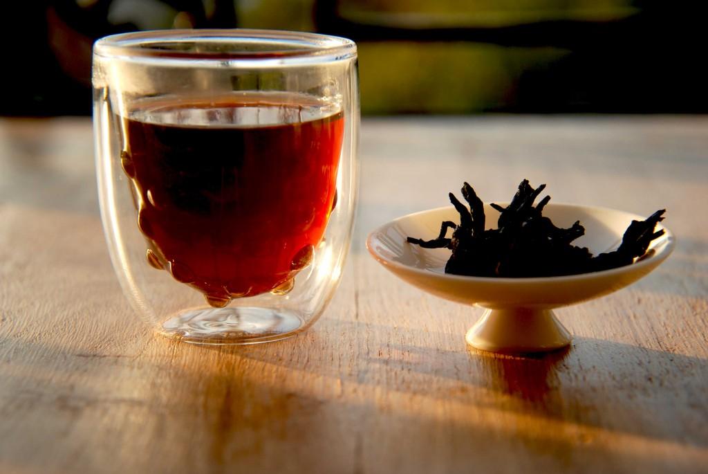La liqueur du Pu Er est proche du rouge et très foncée,  les feuilles sont généralement noires