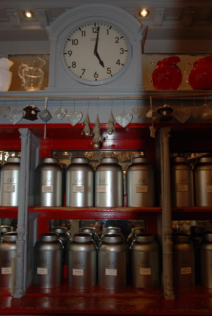 A l'intérieur la boutique Betjman & Barton, les aiguilles de la pendule annoncent toujours le five o'clock tea...