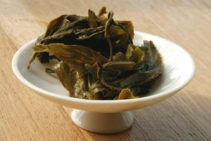 Feuilles du thé vert du Ba bao cha après infusion