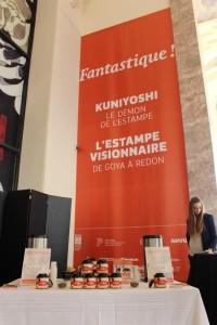 Une tasse de thé Maitre Kuniyochi est offerte par George Cannon à l'entrée de l'exposition.