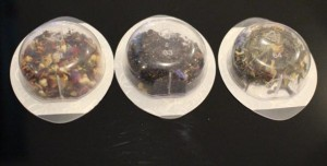 Les différentes largeurs des opercules métalisés renseignent la machine sur le temps d'infusion et la température à programmer.