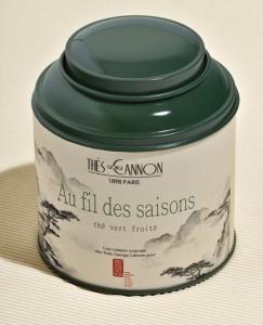 Le thé Au fil des saisons de George Cannon est un mélange de thés verts sencha de Chine et du Japon, avec des arômes de pomme, raisin, cassis, amande, coing, poire et rhubarbe et des pétales de soucis.