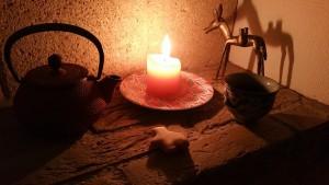 Christelle Desprez Petit coin à coté de l'âtre pour vous partager ma définition de la sérénité : la bougie pour la douceur de sa lumière, le bredele pour son réconfort , la fonte pour sa force tranquille qui perdure dans le temps, la gazelle pour le voyage imaginaire dans des contrées lointaines et un yunnan juste pour son énergie à la fois puissante et apaisante. Bonne soirée à toutes et à tous.