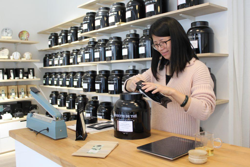 Yao dans la boutique Goutte de thé