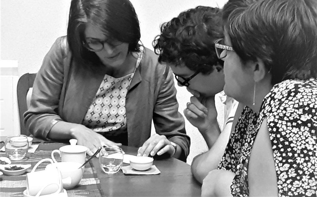 Séance de dégustation : discussion pour identifier un thé
