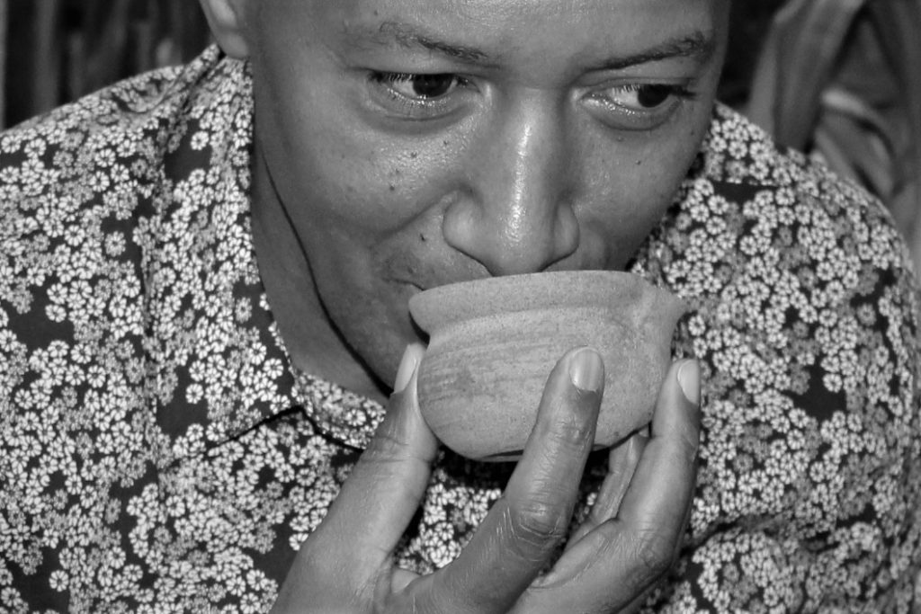 Séance de dégustation de thé : sentir les feuilles infusées