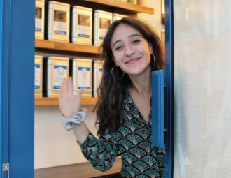 Fanny perchan devant sa boutique de thé Happy Blue tea